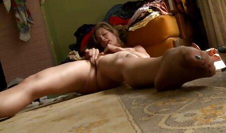एक खिलौने के साथ बिस्तर पर खेल रहा है सेक्स करने की मूवी